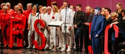 Chor in festlicher Kleidung auf der Bühne